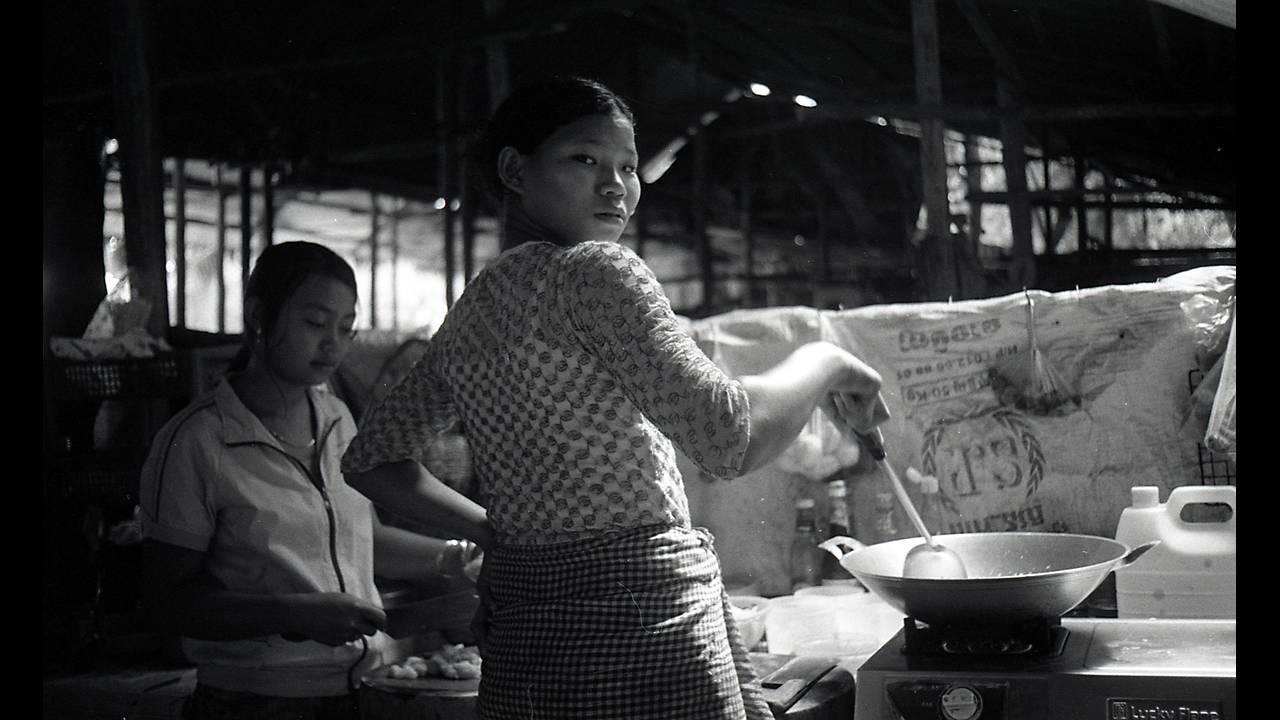 https://cdn.cnngreece.gr/media/news/2016/09/26/47800/photos/snapshot/Angkor-BW-091.jpg