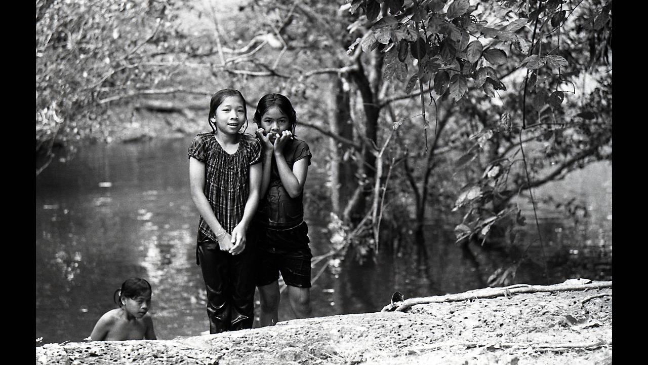 https://cdn.cnngreece.gr/media/news/2016/09/26/47800/photos/snapshot/Angkor-BW-101.jpg