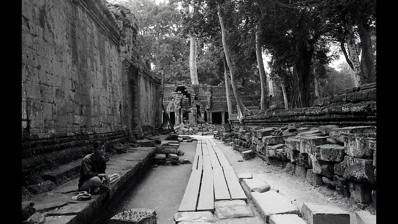 https://cdn.cnngreece.gr/media/news/2016/09/26/47800/photos/snapshot/Angkor-BW-115.jpg