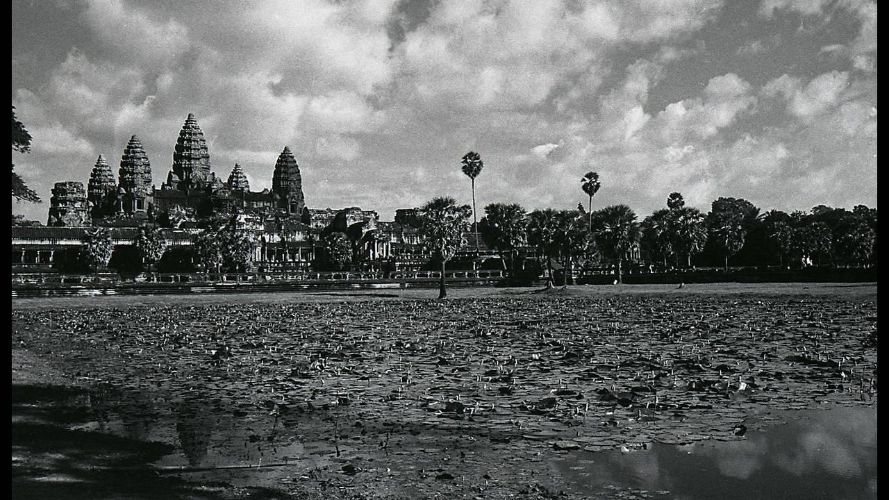 https://cdn.cnngreece.gr/media/news/2016/09/26/47800/photos/snapshot/Angkor-BW-128.jpg