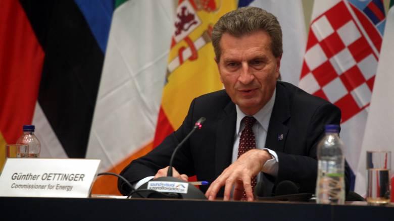 Γκίντερ Έντιγκερ: Εξετάζουμε παρέμβαση της Κομισιόν για το θέμα των τηλεοπτικών αδειών στην Ελλάδα