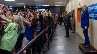 Το selfie της χρονιάς; Η αμφιλεγόμενη φωτογραφία της Χίλαρι Κλίντον διχάζει