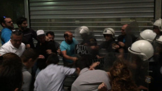 Πιάστηκαν στα χέρια ΜΑΤ και  ξενοδοχοϋπάλληλοι στην Αθήνα (pics & vids)