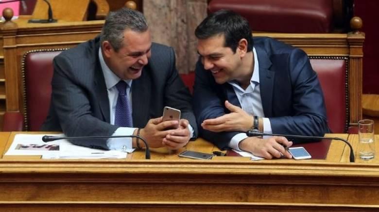 Βουλή: Η γραβάτα του Θεοδωράκη, ο βουλευτής με την εφημερίδα και τα γέλια Τσίπρα-Καμμένου (pics)