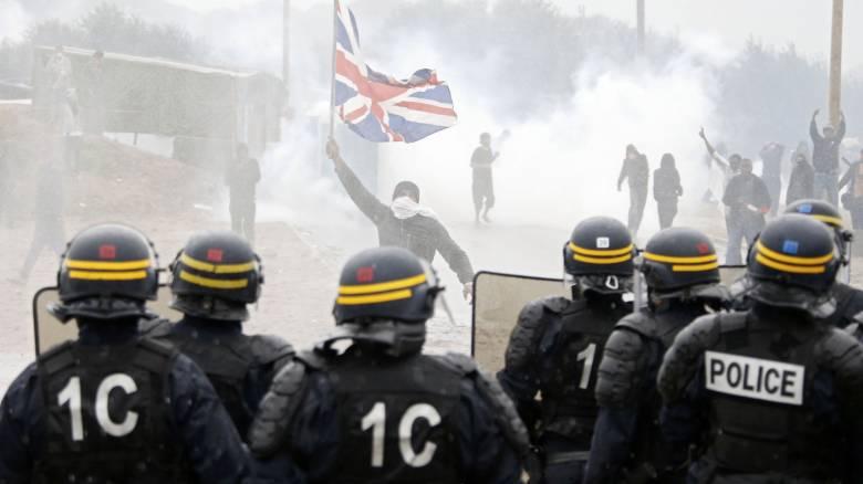 Γαλλία: Άγριες συγκρούσεις της αστυνομίας με πρόσφυγες και διαδηλωτές στο Καλαί