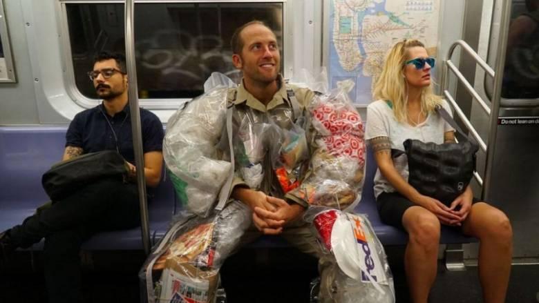 Φοράει σκουπίδια για καλό σκοπό (vid+pic)