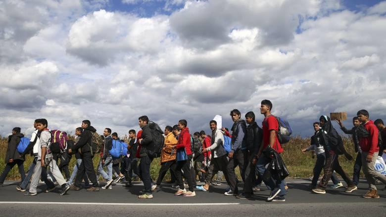 Σερβία: Εκατοντάδες πρόσφυγες ξεκίνησαν με τα πόδια από το Βελιγράδι για τα ουγγρικά σύνορα