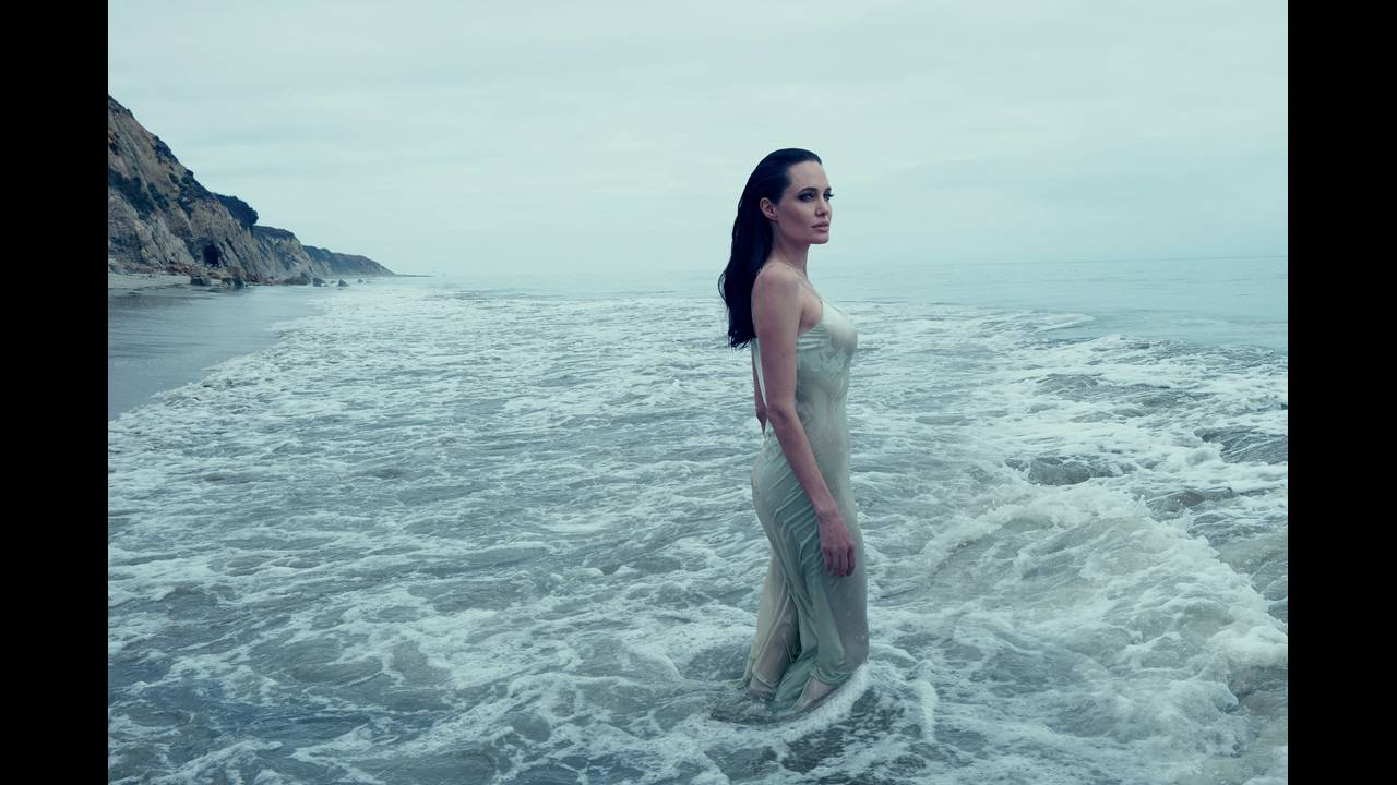 https://cdn.cnngreece.gr/media/news/2016/10/07/49378/photos/snapshot/angelina-jolie-pitt-november-2015-cover-02.jpg