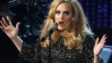 Η selfie της Adele με τον χαριτωμένο μπόμπιρα πάνω στη σκηνή