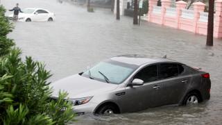 Ο τυφώνας Μάθιου συνεχίζει να σαρώνει τις ανατολικές ακτές των ΗΠΑ