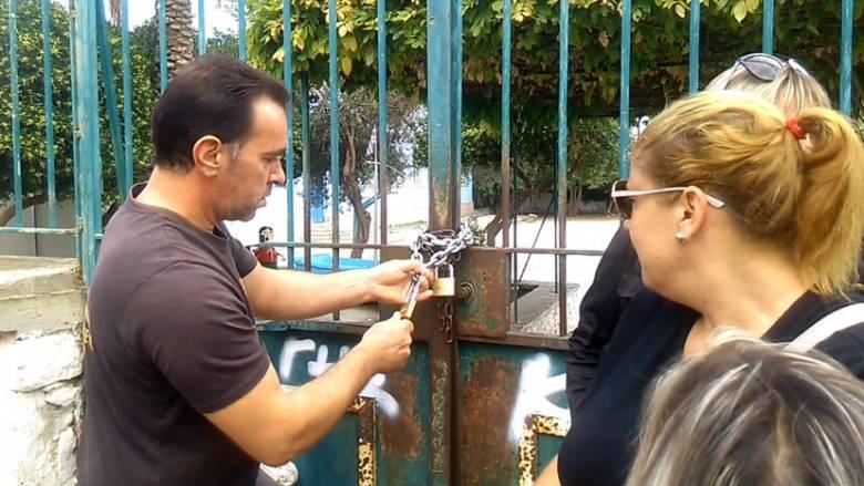 Μυτιλήνη: Γονείς έβαλαν λουκέτο σε σχολείο που θα πάνε προσφυγόπουλα (vid)