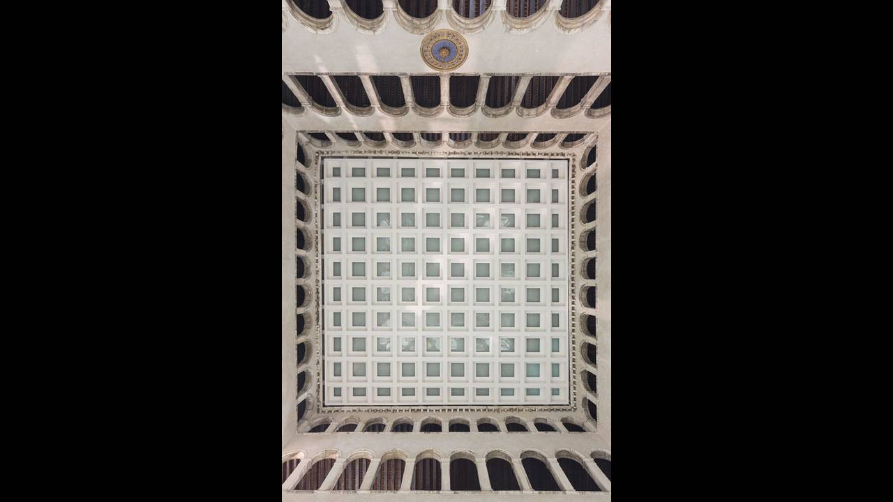 https://cdn.cnngreece.gr/media/news/2016/10/10/49705/photos/snapshot/Ceiling-of-T-Fondaco-Photo-by-Delfino-Sisto-Legnani-and-Marco-Cappelletti--OMA-e147326696.jpg
