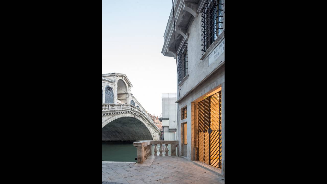 https://cdn.cnngreece.gr/media/news/2016/10/10/49705/photos/snapshot/Rialto-Bridge-and-T-Fondaco-By-Delfino-Sisto-Legnani-and-Marco-Cappelletti--OMA-585x878.jpg