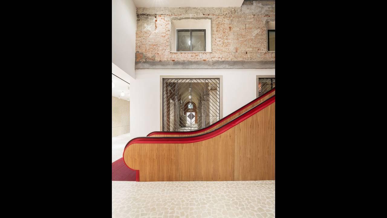 https://cdn.cnngreece.gr/media/news/2016/10/10/49705/photos/snapshot/Staircase-02-Photo-by-Delfino-Sisto-Legnani-and-Marco-Cappelletti--Dfs-Group-585x780.jpg