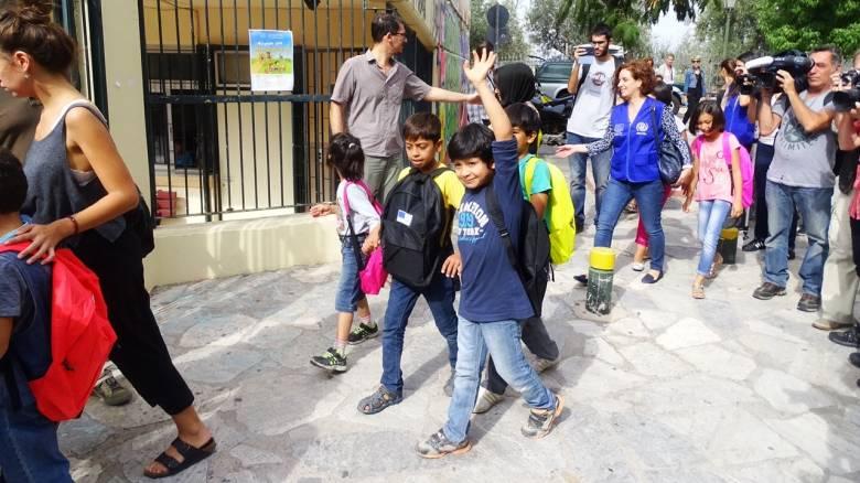 Στο 72ο Δημοτικό Σχολείο στο Θησείο έκαναν μάθημα 40 προσφυγόπουλα (pics&vid)