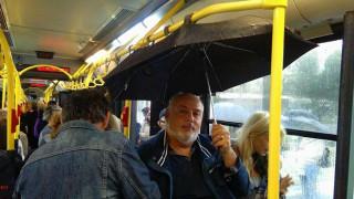 Ο επιβάτης του λεωφορείου με την... ομπρέλα που έγινε viral (pic)