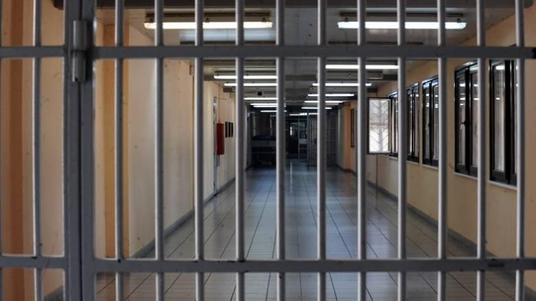 Δις ισόβια σε 22χρονο για τη δολοφονία ηλικιωμένου με 57 μαχαιριές