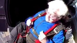 Γιόρτασε τα 95α γενέθλιά της με ελεύθερη πτώση από τα 13.000 πόδια (vid)