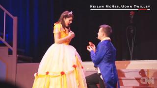 Παραμυθένια πρόταση γάμου στο... σανίδι