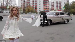 Ημίγυμνη νύφη κυνηγά τον φωτογράφο