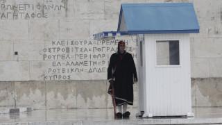 Άγνωστος πέταξε βόμβα μολότοφ στις σκοπιές των Ευζώνων στο Σύνταγμα