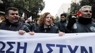 Ένστολοι διαμαρτύρονται έξω από το Γενικό Λογιστήριο του Κράτους