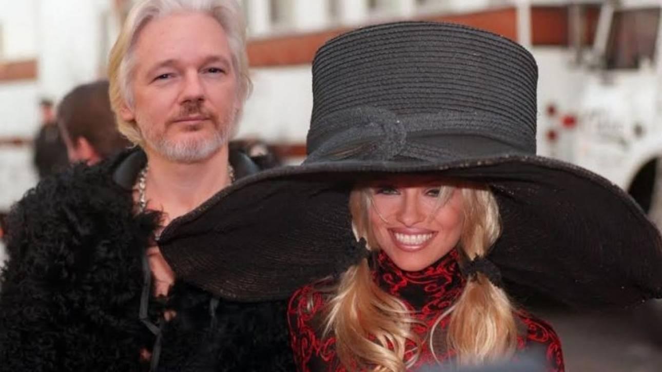 Wikileaks: όχι, η Πάμελα Άντερσον δεν δηλητηρίασε τον Τζούλιαν Ασάνζ με vegan σάντουιτς