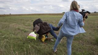 Ουγγαρία: Βραβεύτηκε η εικονολήπτρια που κλωτσούσε τους πρόσφυγες