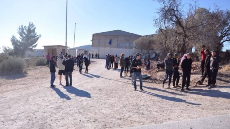 Χίος: Πρόσφυγες και μετανάστες απέκλεισαν την είσοδο του hot spot της ΒΙ.ΑΛ.