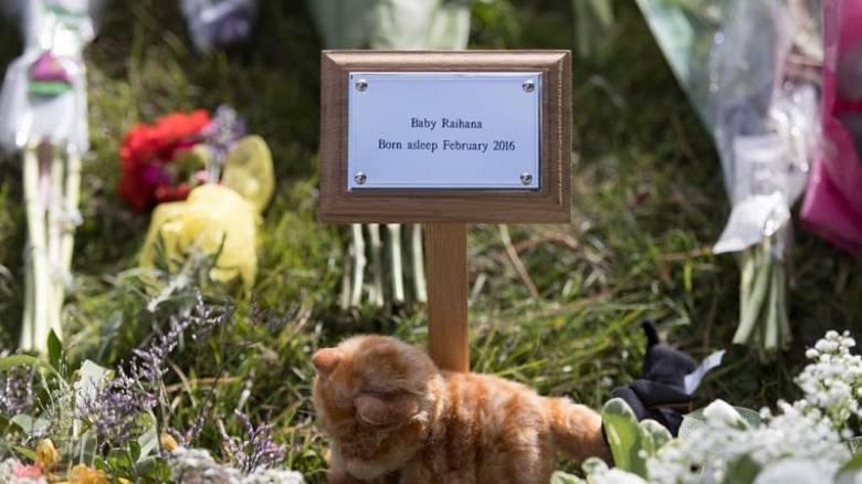 Εκατοντάδες άτομα στην κηδεία του μωρού που κανείς δεν γνώριζε (pics)