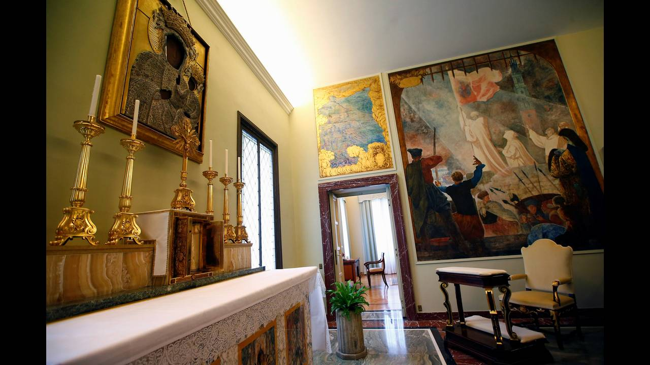 https://cdn.cnngreece.gr/media/news/2016/10/21/51349/photos/snapshot/POPE-RESIDENCE-REUTERSTony-Gentile7.jpg
