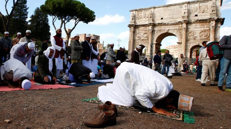 Ιταλία: Προσευχή–διαμαρτυρία εκατοντάδων Μουσουλμάνων στο Κολοσσαίο