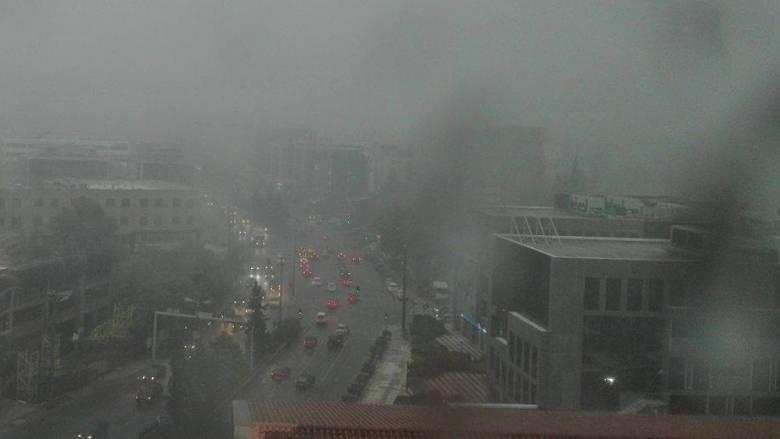 Καταιγίδα στην Αθήνα - Μηδενική ορατότητα από τη χαμηλή νέφωση