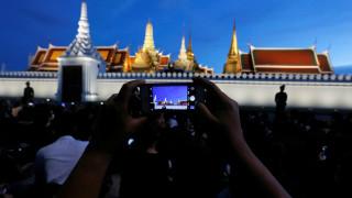 Χιλιάδες Ταϊλανδοί έξω από το Μεγάλο Παλάτι θρηνούν για τον Μπουμιμπόλ (pics)