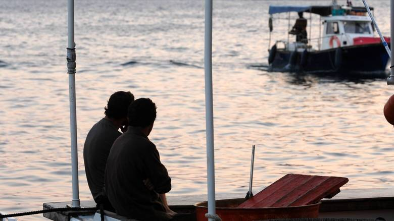 Στο Τσεσμέ οδηγήθηκαν έξι ψαράδες από την τουρκική ακτοφυλακή