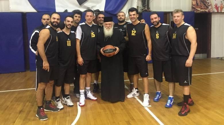 Σε αγώνα μπάσκετ ο Αρχιεπίσκοπος Ιερώνυμος...ειδήμων του αθλήματος