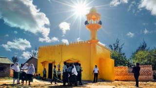 Γιατί κίτρινες εκκλησίες και τεμένη «ξεπηδούν» στην Κένυα;