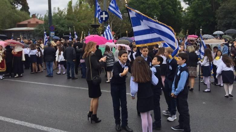 28η Οκτωβρίου: Με λαμπρότητα η μαθητική παρέλαση στην Αθήνα (vid&pics)