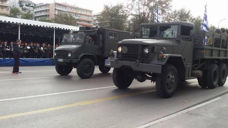 Στρατιωτική παρέλαση Θεσσαλονίκης: Οι αγκαλιές και οι θερμές χειραψίες των πολιτικών (pics)