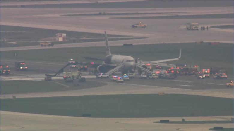 Συναγερμός στο αεροδρόμιο του Σικάγο: αεροσκάφος της American Airlines τυλίχτηκε στις φλόγες (vid)