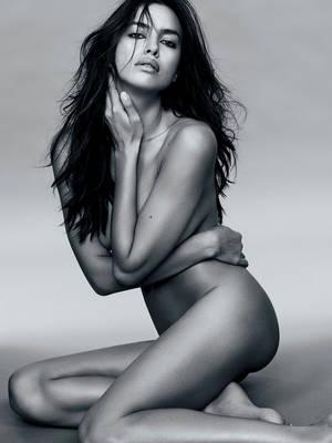 Aισθησιακή βόμβα: η Ιρίνα Σάικ προκαλεί εκρήξεις ερωτισμού στο Madame Figaro