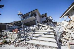 Εικόνες καταστροφής μετά τα 6,6 Ρίχτερ