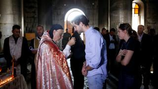 Σε μια μισοκαμένη εκκλησία κοντά στη Μοσούλη οι Χριστιανοί του Ιράκ προσεύχονται και πάλι