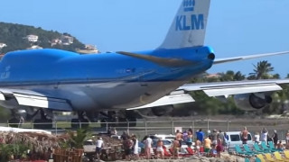 Η στιγμή που ένα αεροπλάνο εκτοξεύει με δύναμη δεκάδες άτομα στη θάλασσα (vids)