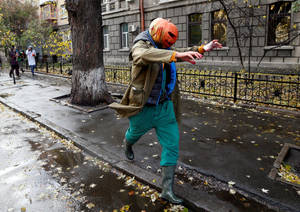 Και μία λιγότερο τρομακτική ενδυμασία Halloween στο Κίεβο.