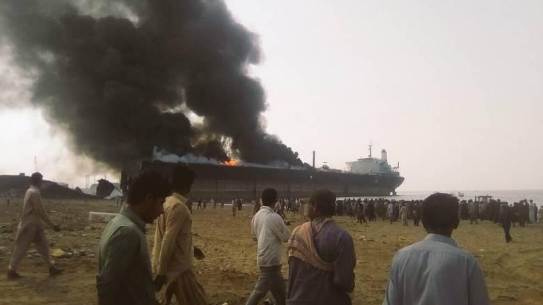 Πακιστάν: Τρομακτική έκρηξη σε τάνκερ με νεκρούς, τραυματίες κι εγκλωβισμένους