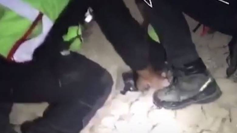 Σεισμός Ιταλία: Πυροσβέστες απεγκλωβίζουν σκύλο που χει παγιδευτεί κάτω από χαλάσματα (vid)
