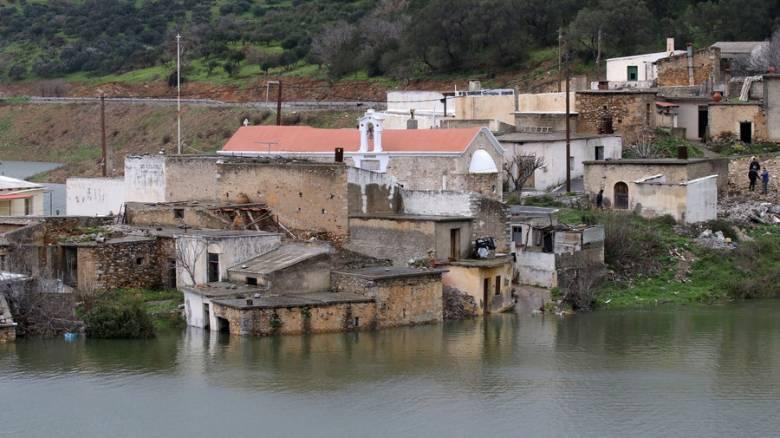 Σφεντύλι: Το χωριό της Κρήτης που αρνείται να βουλιάξει (vid)