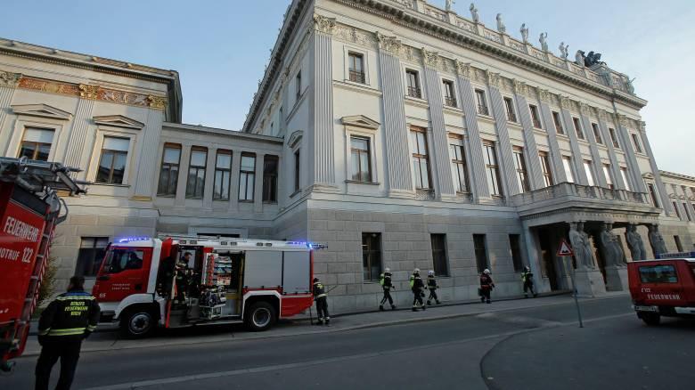 Φωτιά στο κοινοβούλιο της Βιέννης (vid&pics)