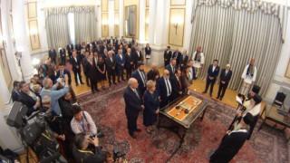 Ολοκληρώθηκε η ορκωμοσία της νέας κυβέρνησης: Το παρασκήνιο και οι αγχωμένοι